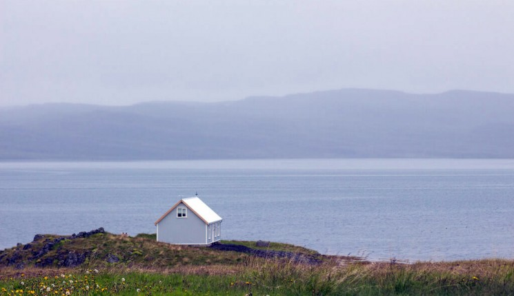 Islandia: house on the cliff